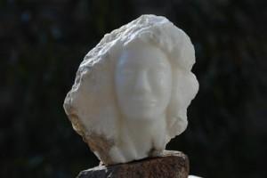 sculpture du visage d'une femme - vent