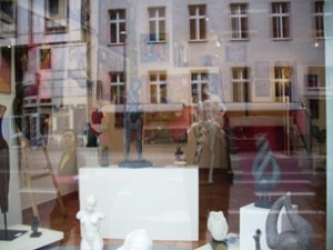 Vitrine avec sculptures - Berlin